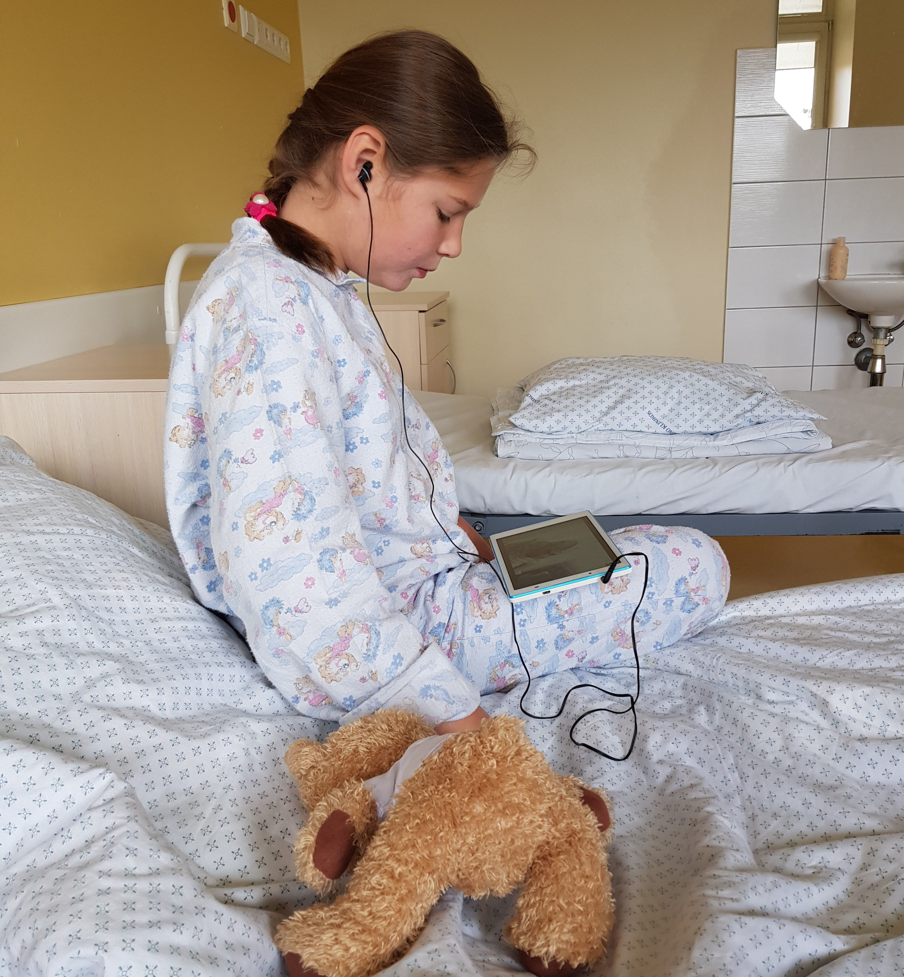 Teresė Jonauskaitė sėdi ligoninėje ant lovos