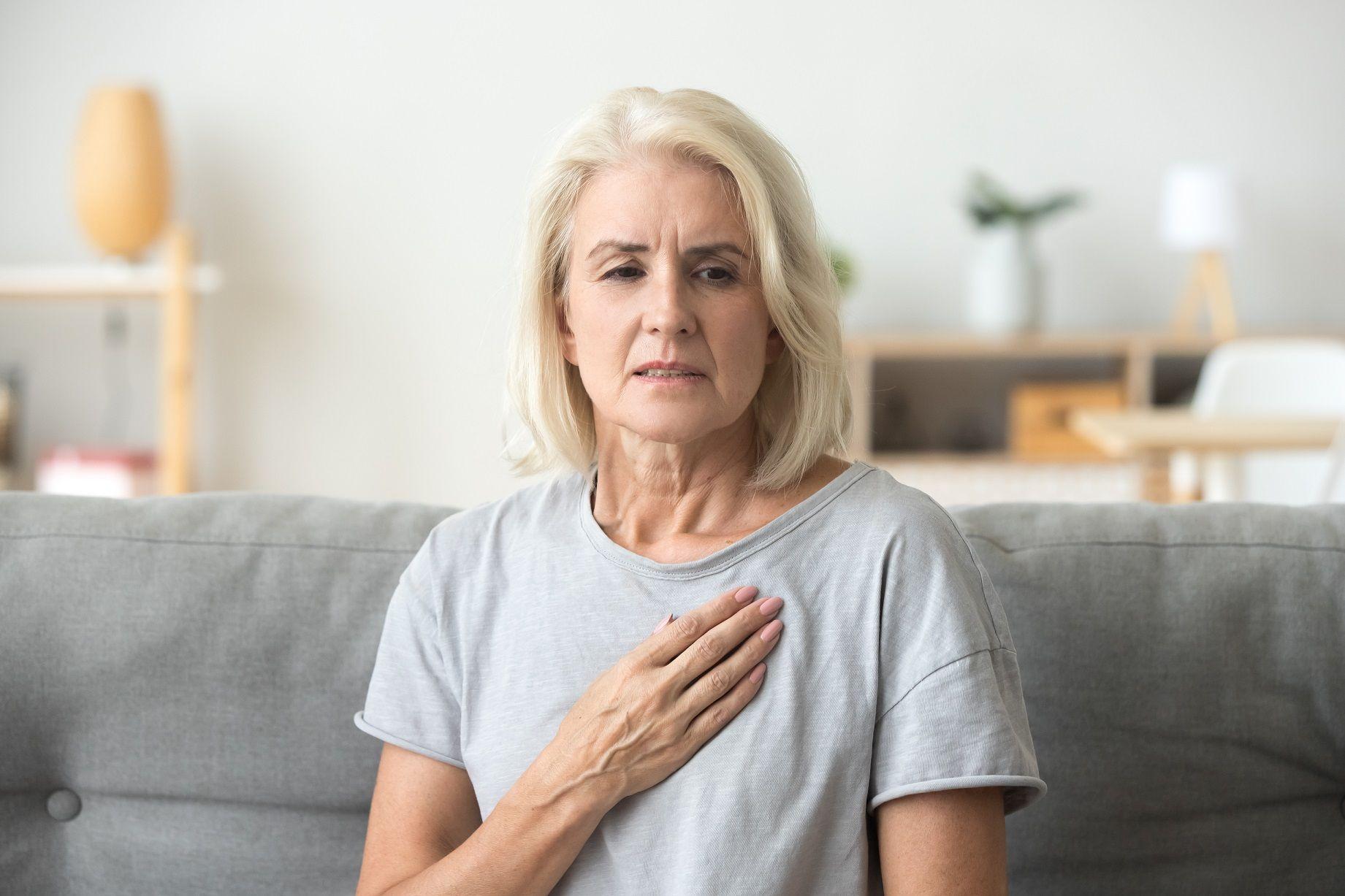 Moteris laiko ranką ant krūtinės