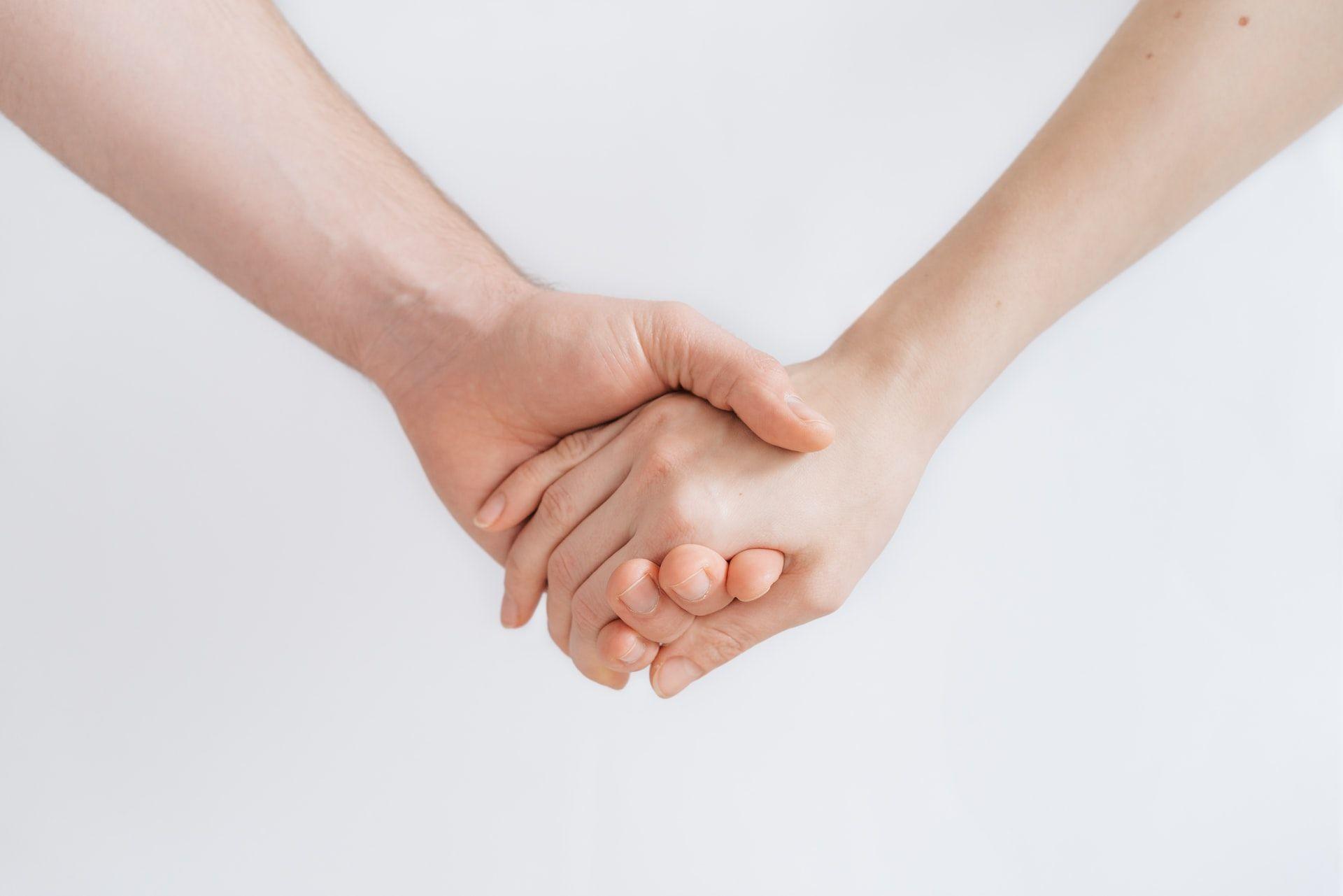 Susikibę už rankų du žmonės