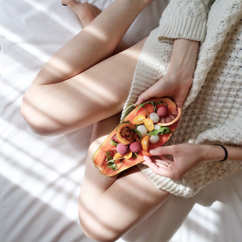 Mergina valgo uogas