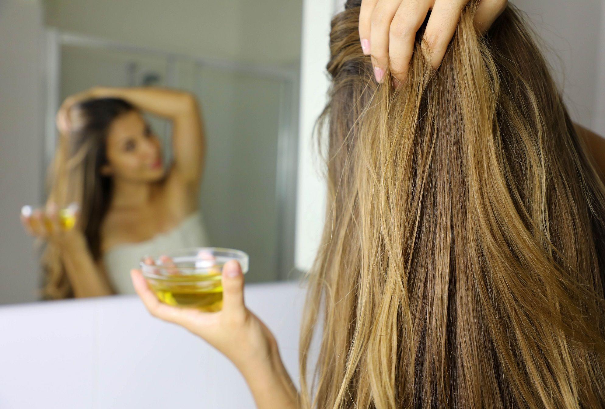 Mergina į plaukus tepa aliejų