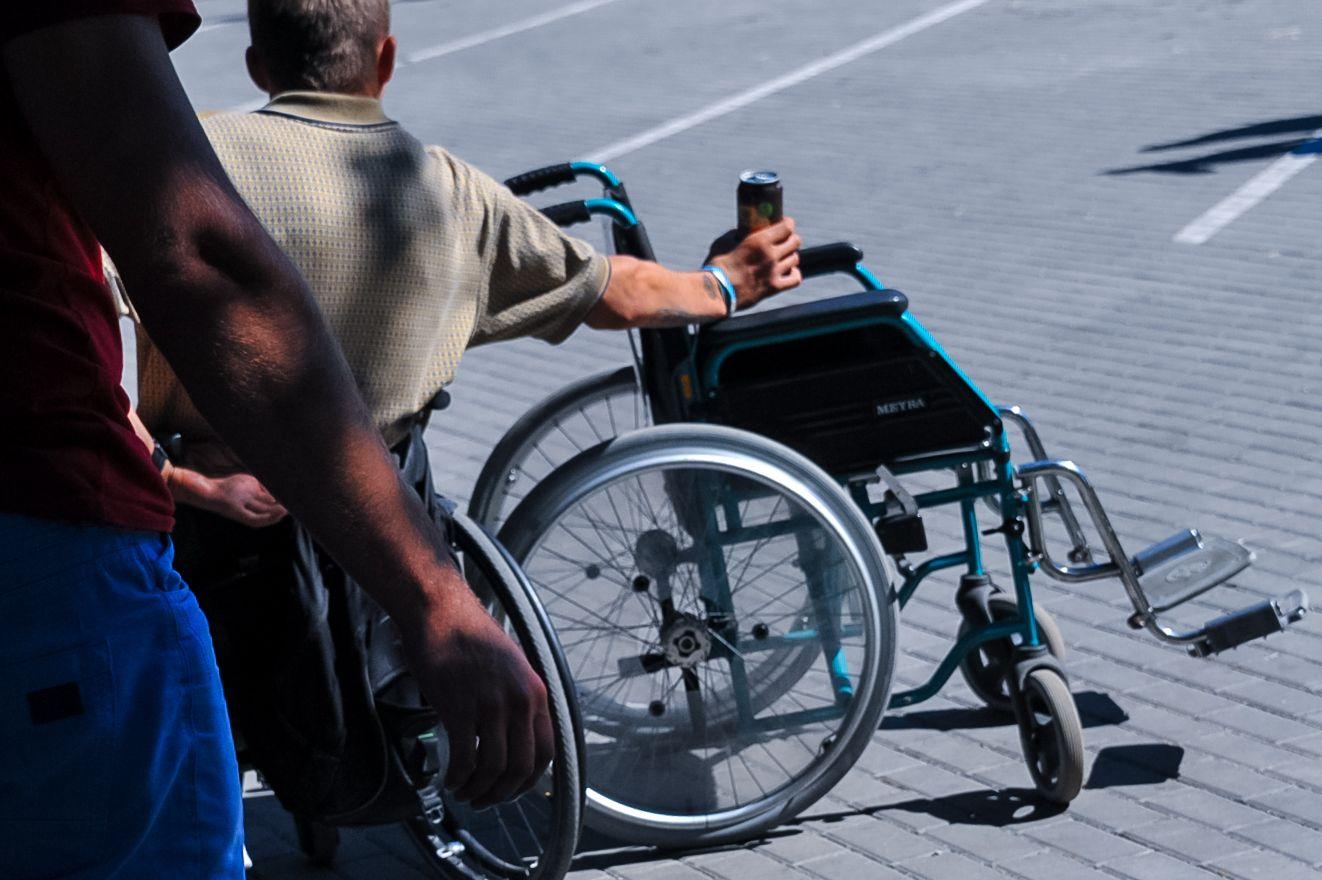 Neįgalusis ir vežimėlis