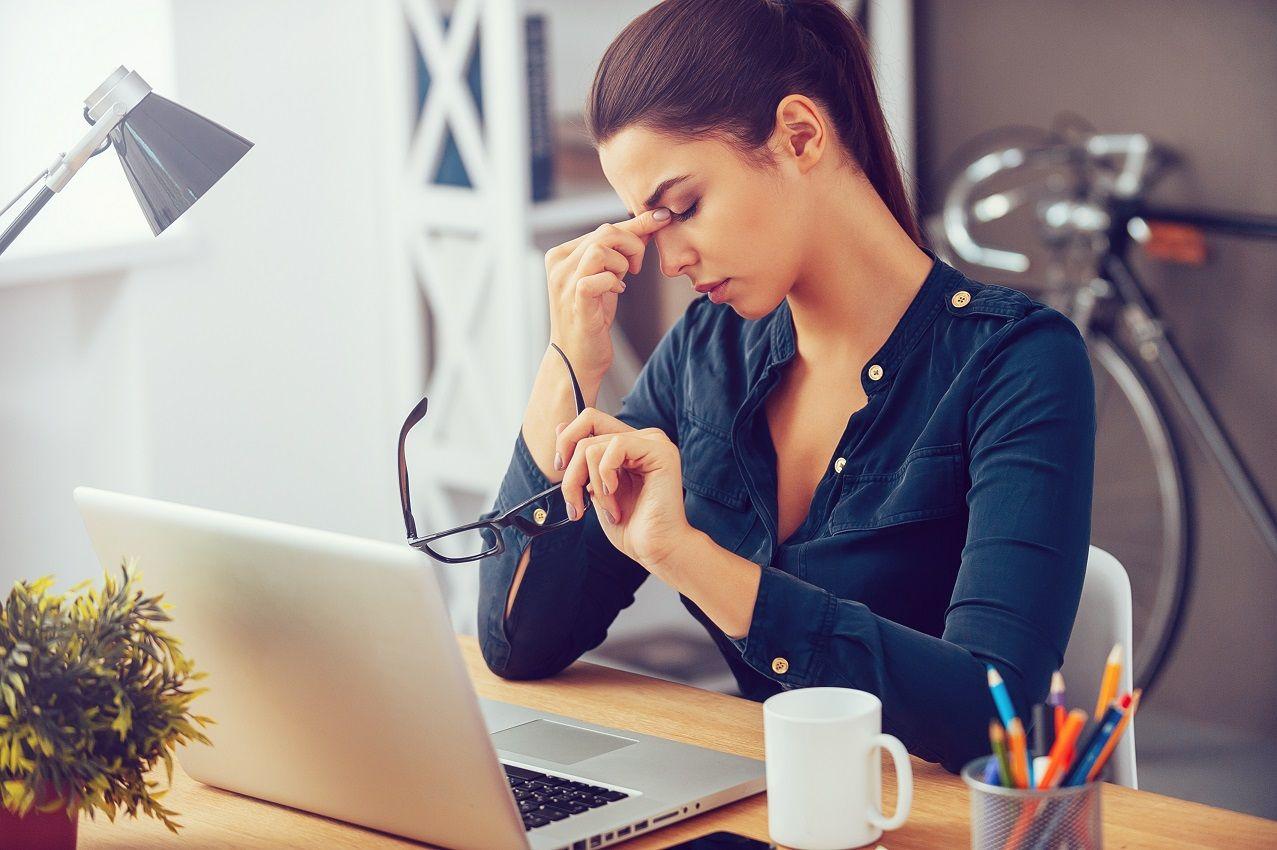 Pavargusi mergina prie kompiuterio