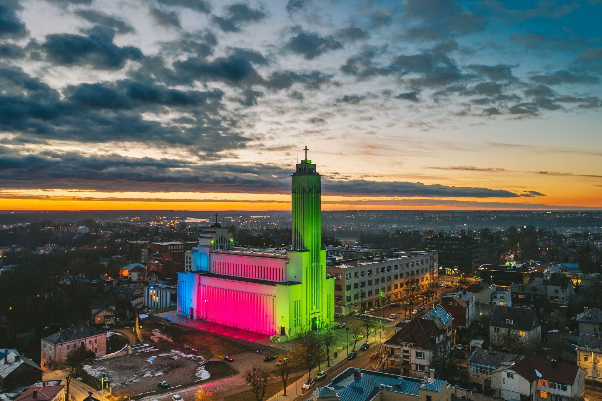 Kauno Kristaus Prisikėlimo bazilika nušviesta nekasdieniškomis spalvomis