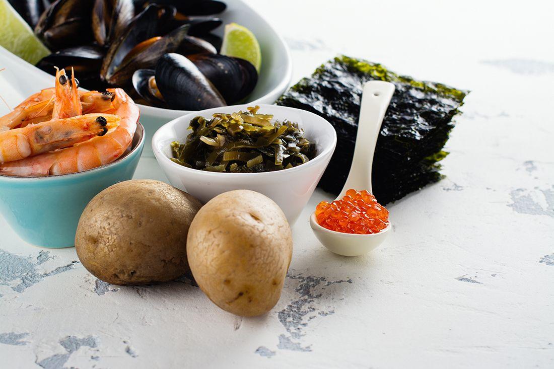 Ant stalo - jūros gėrybės bei virtos bulvės