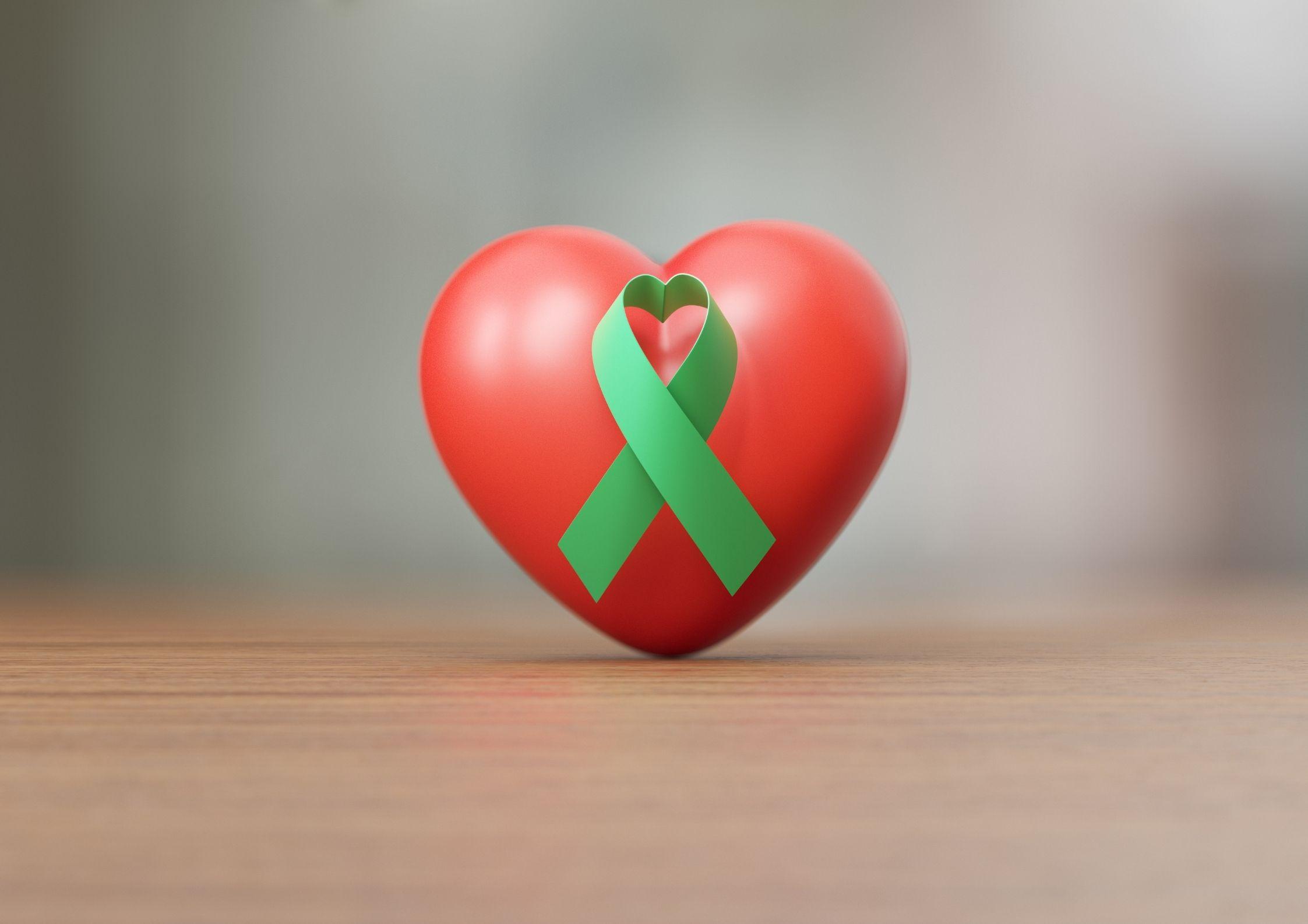Plakate širdis, o ant jos - žalias kaspinas