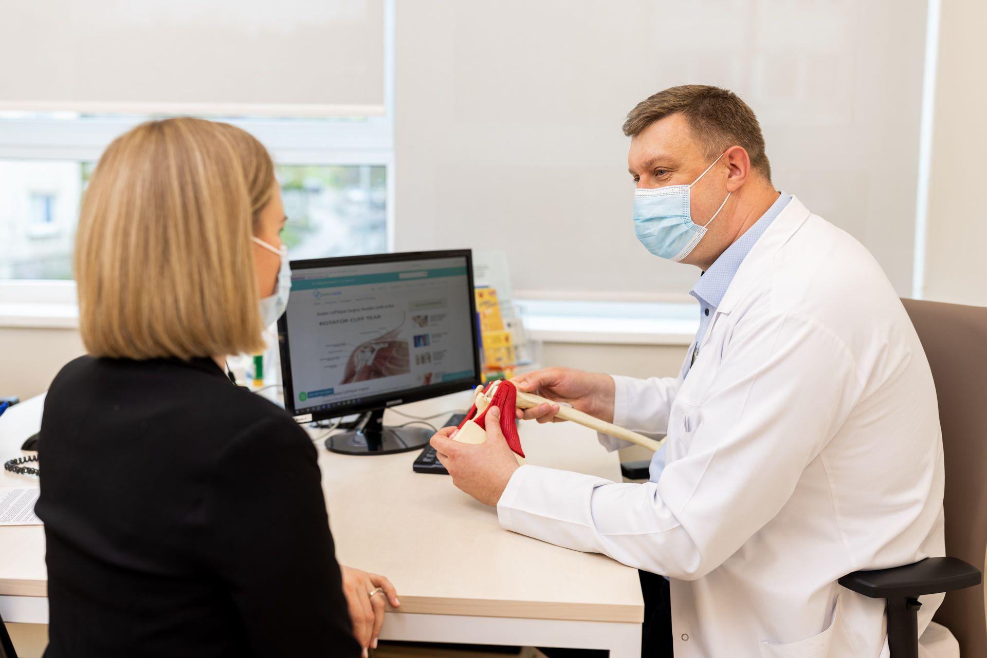 Eugenijus Piešina konsultuoja pacientę