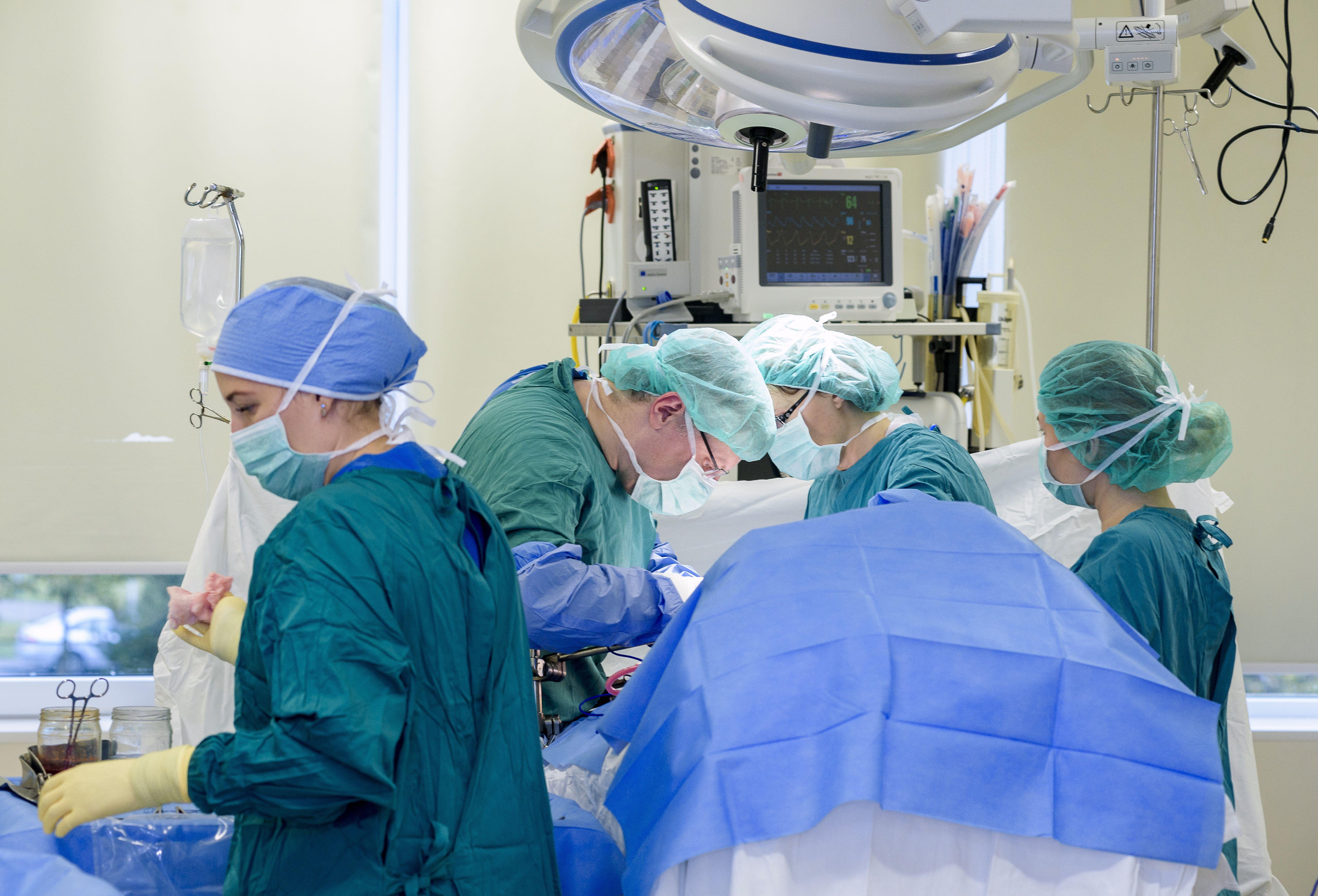 Chirurgai operuoja