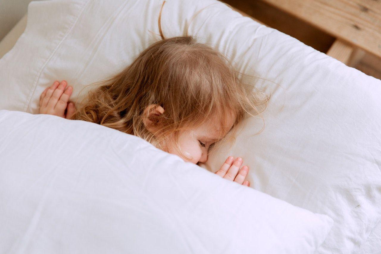 Vaikas miega lovytėje