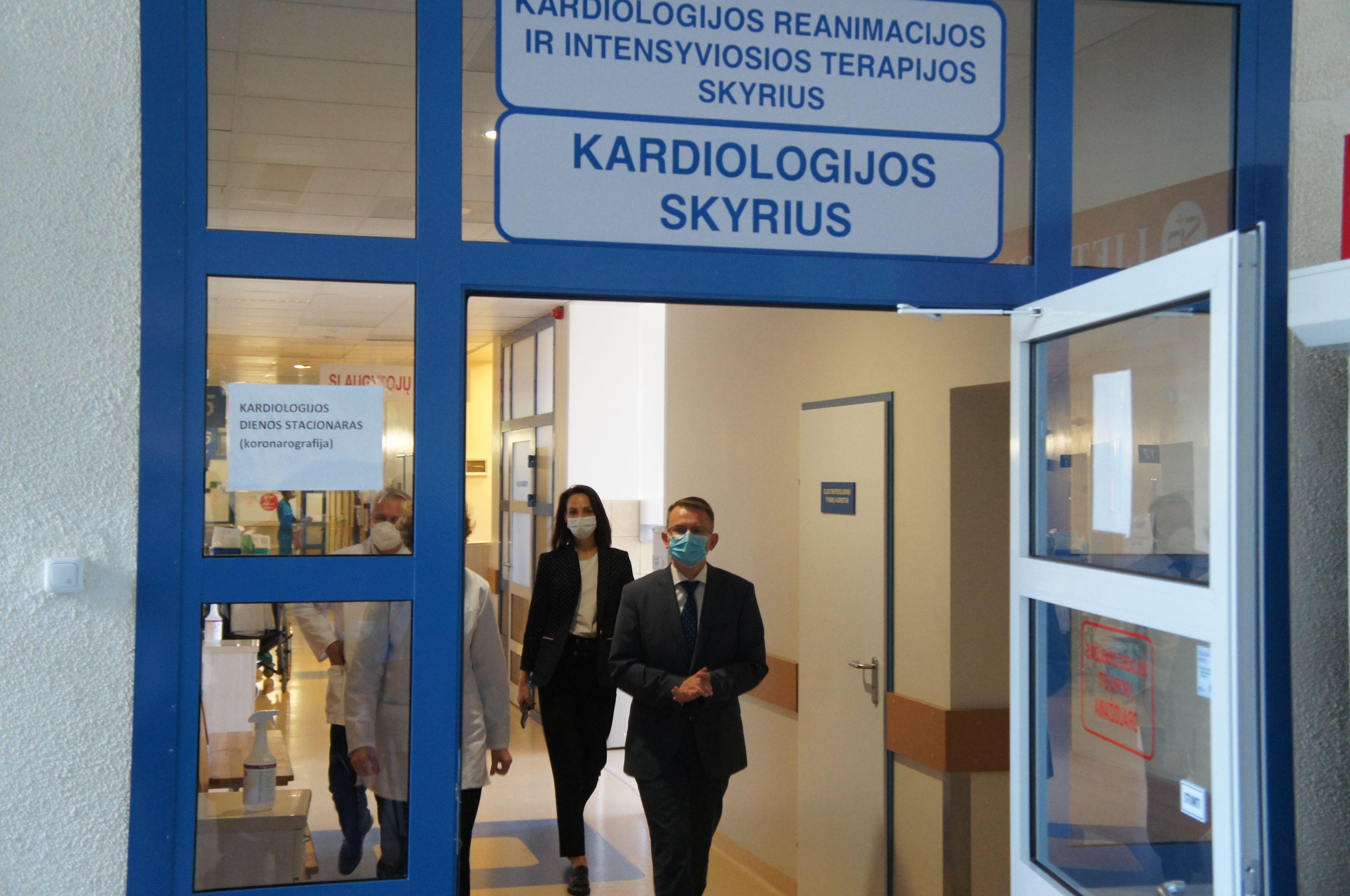 Arūnas Dulkys eina ligoninės koridoriumi