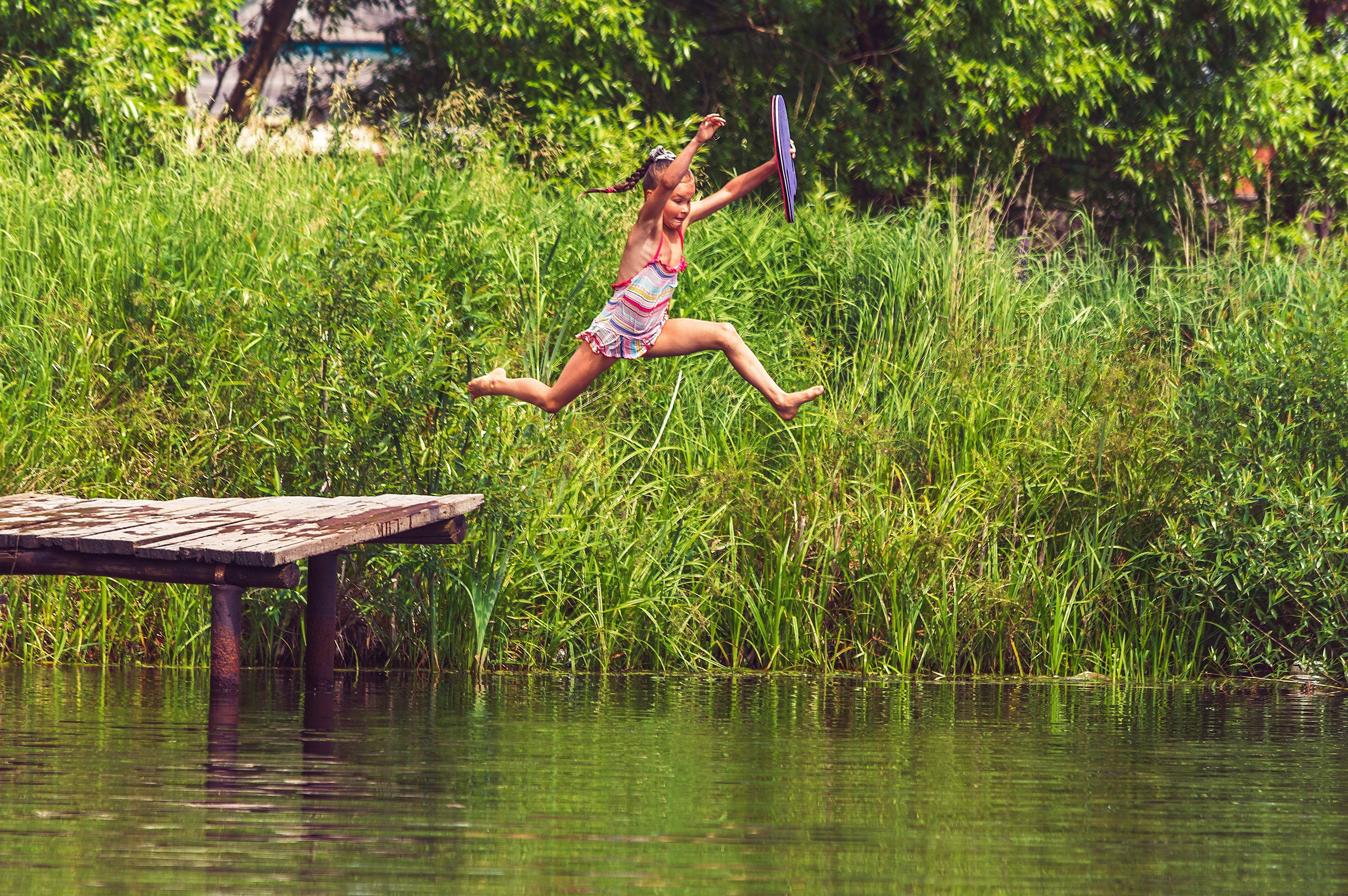 Mergaitė šoka į vandenį