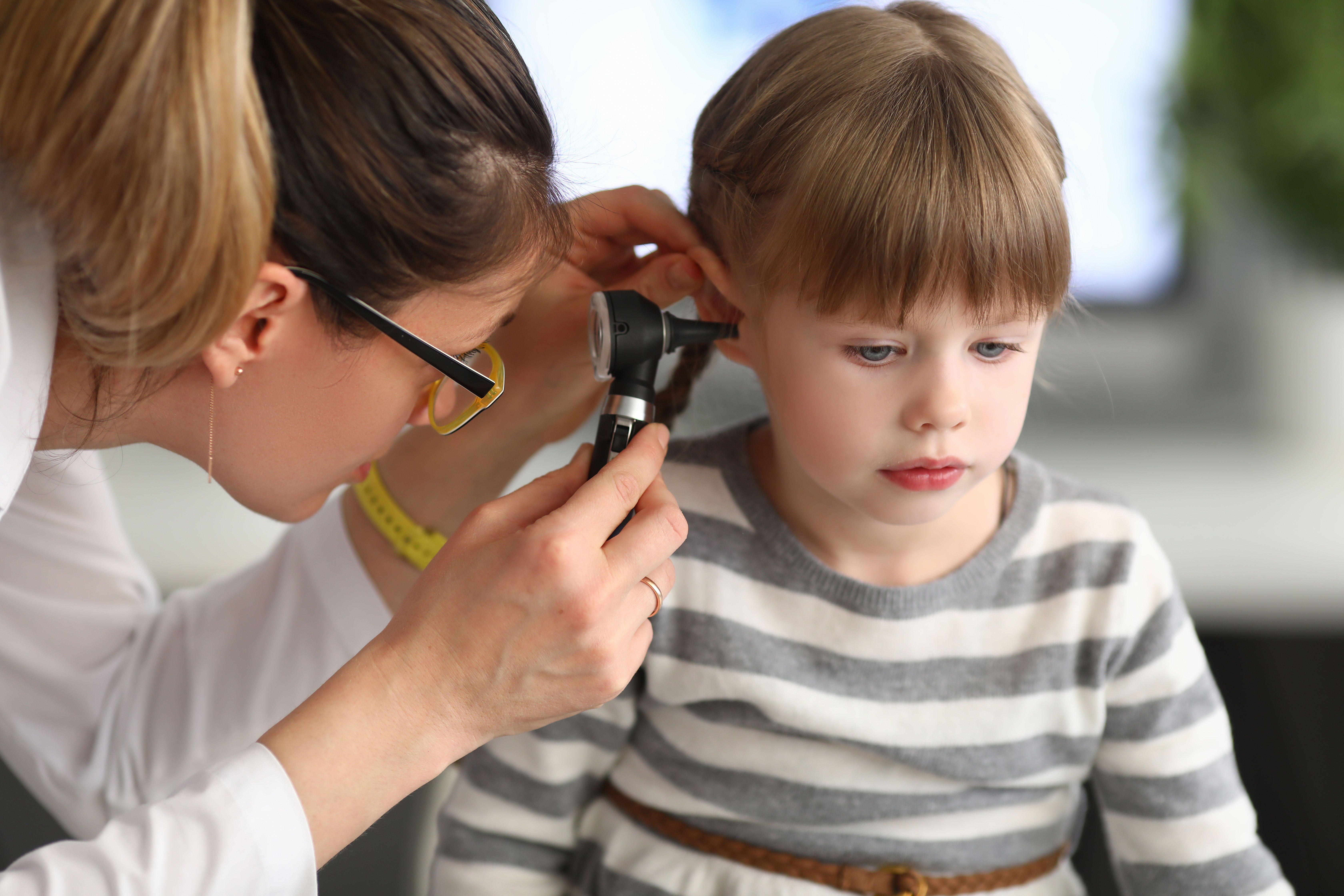 Gydytoja tikrina vaiko ausį