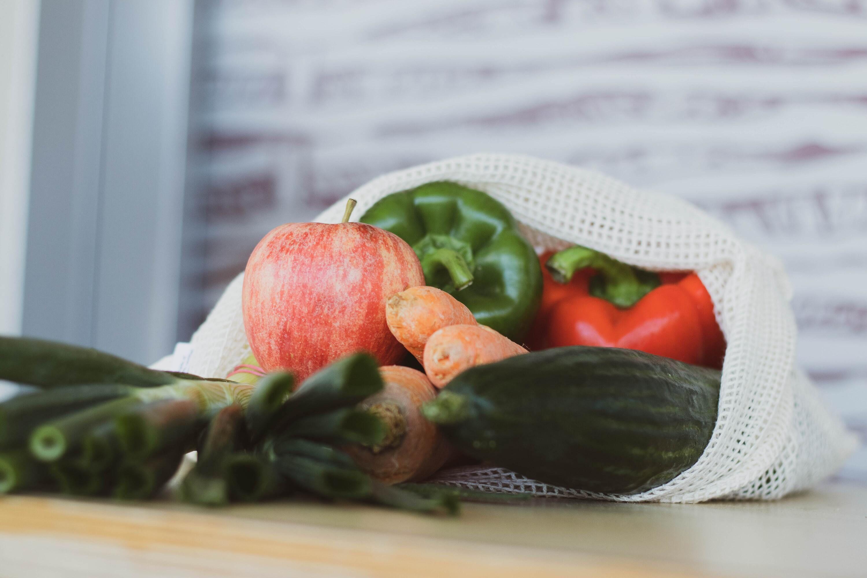 Daržovės ir vaisiai maišelyje