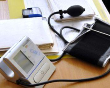 didelis skirtumas tarp sistolinio ir diastolinio kraujo spaudimo)